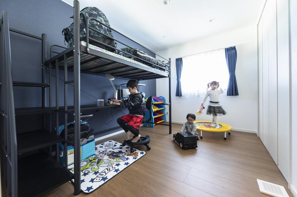 長男と次男の、男の子部屋 - 2段ベッドがあり、プラモデルに集中しているお兄ちゃん。 -  -
