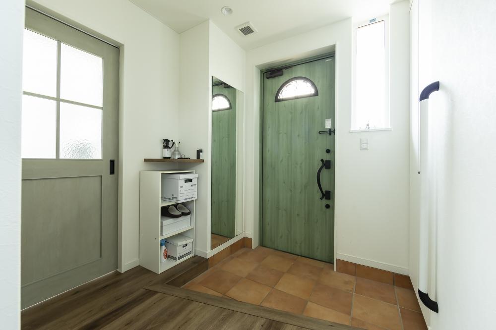 エントランス - 格子窓や丸窓のドア、タイル土間など温かみのあるテイストをバランス良くとり入れて、北欧スタイルを演出したAさま邸。 -  -