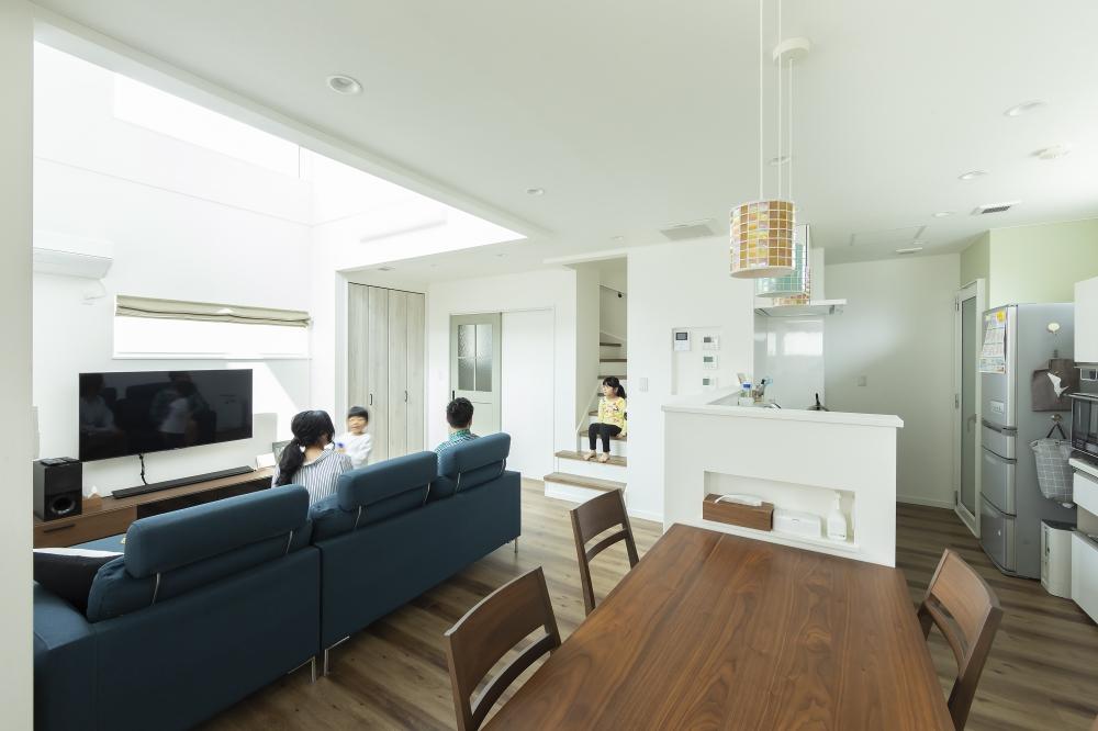 - 床やドア、家具に木調の温もりをとりいれて。作り込みすぎない大人のナチュラルモダンを演出。 -  -