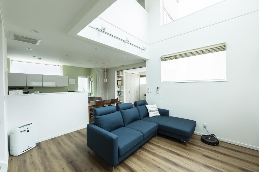 吹抜けのリビング - 大きく開いた吹抜けから自然光が広がる開放的な住まい。キッチン側にも、スリット窓や小窓で明るさを取り入れています。 -  -