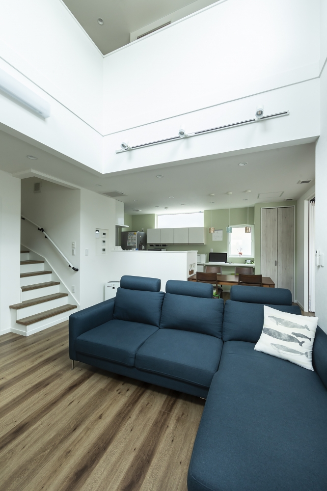 吹抜けが2階のホールとつながります - 2階のホールが吹抜けに接するので、1階も2階も一体の空間のように広がりを演出します。 -  -