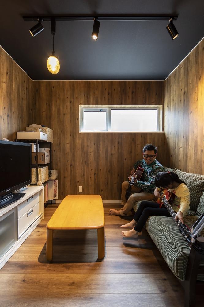 ご主人の趣味部屋 - ご家族のそれぞれのリクエストに応じたプライベート空間も確保。音楽や映画観賞、自由に使える2階の書斎スペースは、ソファでゴロゴロできるご主人の隠れ家。 -  -