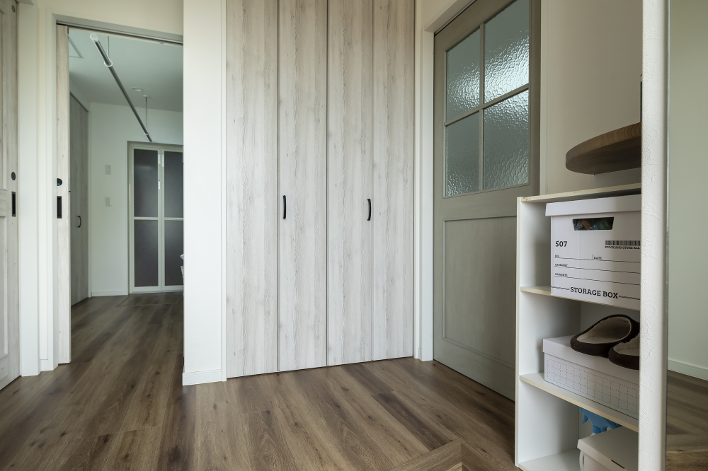 エントランスホールの多目的収納 - スペースを余すところなく使い、収納計画が行き届いたA邸。住まいに合わせて造作すると、デザインにも統一感が出て、ますますスッキリ。 -  -