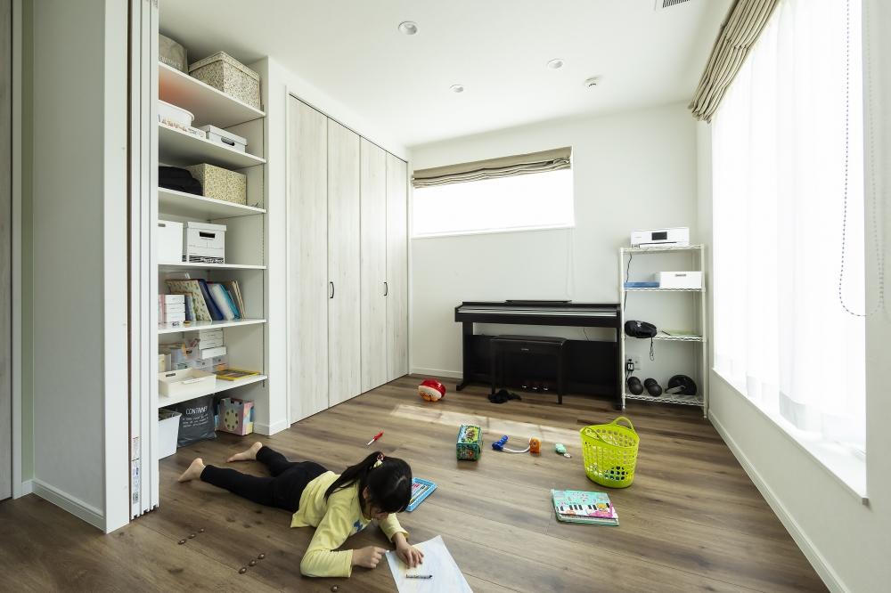 リビングに隣接する洋室 - オープンな収納棚とクロゼットを備えた洋室。お子さんたちは家でものびのび遊べて、家事をしながらその様子を見守れるよう設計。 -  -