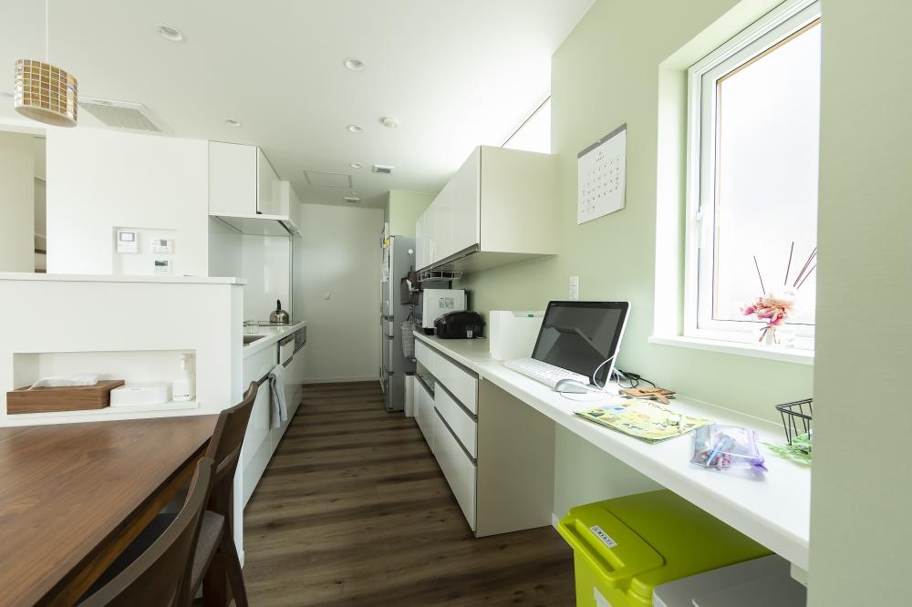 キッチンスペース - ダイニングテーブルをキッチンに連続させて家事を効率よく行えるように。収納やカウンターなど、作業スペースもしっかり確保しています。 -  -