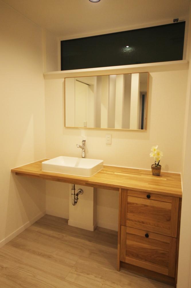 洗面台は女性らしく大人カワイイ洗面台を採用して、トイレと隣接させることで見た目と使いやすさを考えました。 -  -  -