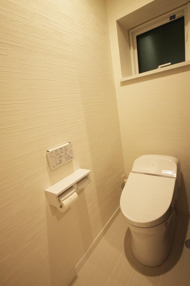 トイレはTOTO製のロータンク式の節水型トイレです。スッキリとしたデザインなのでトイレ掃除もしやすく、清潔を保てます。限られた空間なので、トイレットペーパーなどのストックは壁埋込み収納を採用しています -  -  -