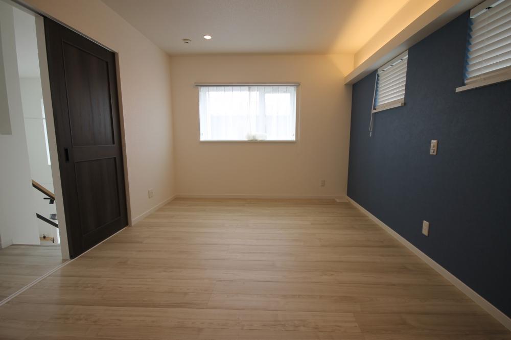 二階寝室です。間接照明を採用し、就寝前の空間を柔らかな光で演出します。調光付のダウンライトもあるため、真っ暗だと眠れない方や赤ちゃんのおむつ交換など最小限の光をつくることもできます。 -  -  -