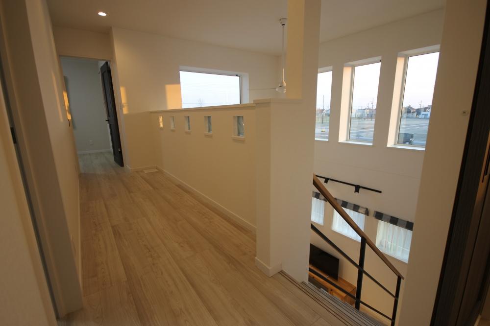 二階のホールです。少し広めの廊下は空間にゆとりを感じさせてくれます。腰壁にはガラスブロックをはめ込み、アクセントとして柔らかな雰囲気に仕上げました。 -  -  -