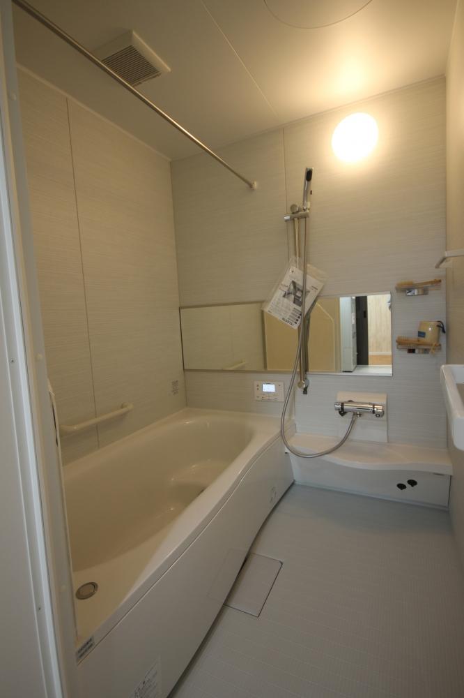 浴室は清掃しやすいパナソニック製を採用しています。浴槽がベンチタイプになっているので、半身浴を楽しめます。お子さんを浴槽の中で座らせることもできて便利です。 -  -  -