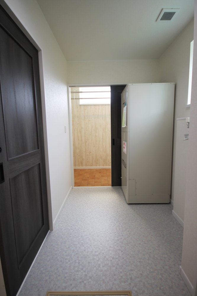 【絶賛されています!】脱衣室の横に設けた、物を干すだけのスペースです。独立した空間なので、干しっぱなしにしておいても気にならず、暖房の暖気で洗濯物が乾きます。湿気は24時間換気で除湿します。 -  -  -